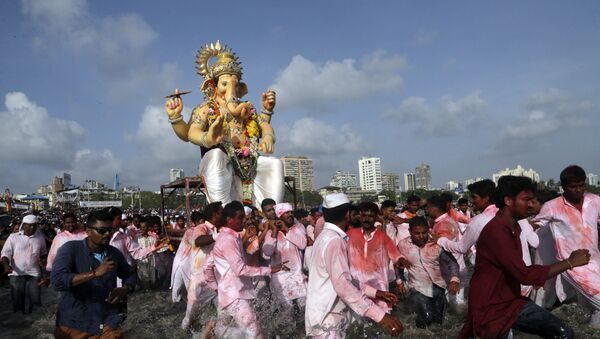 Hindu devotees pull a giant idol of the elephant-headed god Ganesha to immerse it in the Arabian Sea on the final day of the ten-day long Ganesh Chaturthi festival in Mumbai, India, Tuesday, 5 September 2017 - Sputnik International