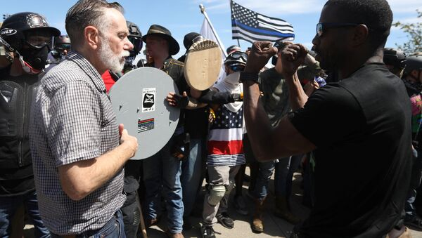 Right-wing supporters of the Patriot Prayer group (L) exchange words with a counter-demonstrator during a rally in Portland, Oregon, U.S. August 4, 2018. - Sputnik International