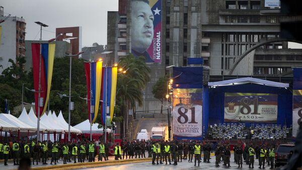Venezuela's Bolivarian National guards officers occupy the Bolivar Avenue where the government said that a drone armed with explosives detonated near Venezuelan President Nicolas Maduro in Caracas, Venezuela, Saturday, Aug. 4, 2018 - Sputnik International