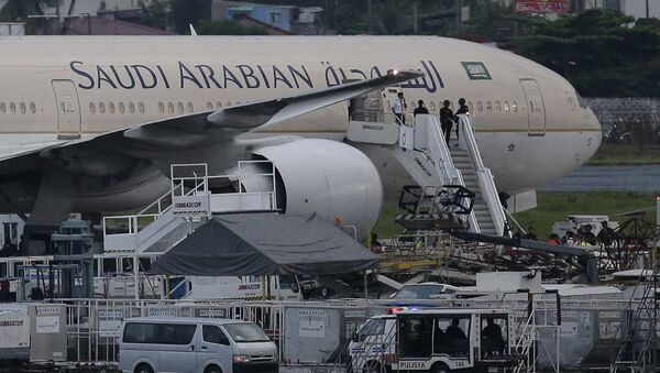 Security stand on the stairs of the Saudi Arabian Airlines plane Flight SV872 from Jiddah as it stays at an isolated area at Manila's International Airport in Pasay, south of Manila, Philippines on Tuesday, Sept. 20, 2016 - Sputnik International
