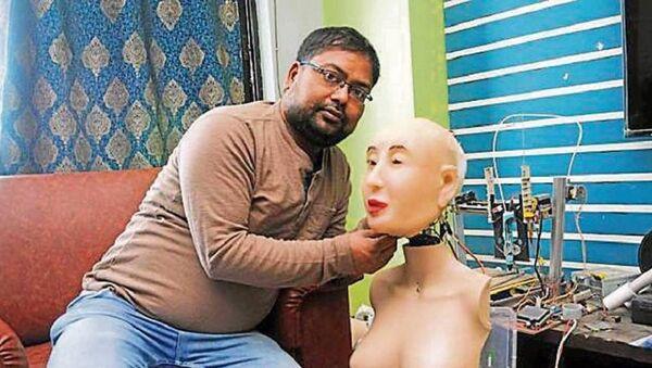 Ranjit Srivastava with his Hindi speaking humanoid robot  Rashmi - Sputnik International