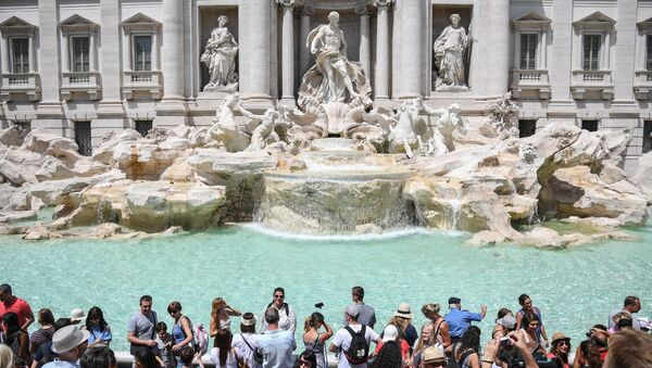 Turists are granted access to the border of renown Trevi Fountain in ordinate and controlled flow, under the supervision of two associations of volunteers, Tuesday, July 25, 2017. - Sputnik International