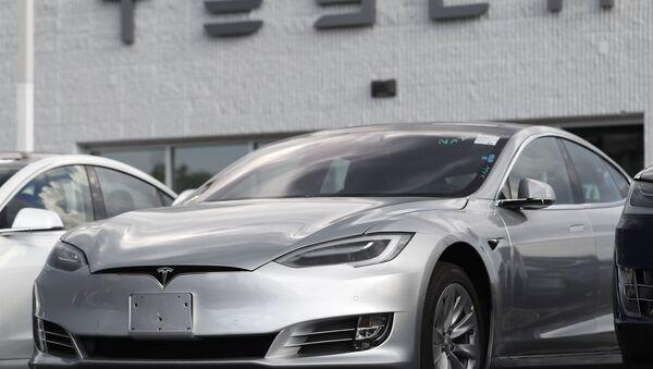 In this Sunday, July 8, 2018, photograph, 2018 Model 3 sedans sit on display outside a Tesla showroom in Littleton, Colo - Sputnik International