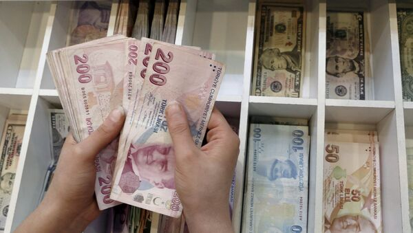 A money changer counts Turkish lira bills at a currency exchange office in central Istanbul, Turkey, August 21, 2015 - Sputnik International