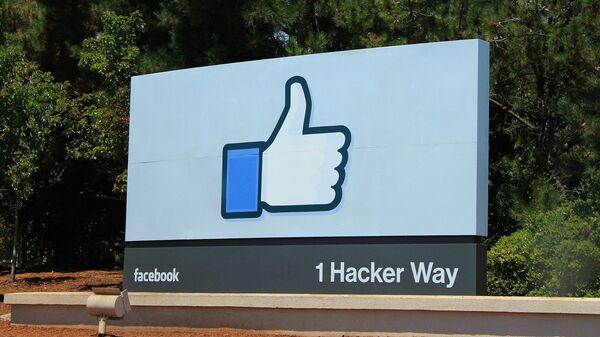 Logo de Facebook junto a la sede de la empresa (imagen referencial) - Sputnik International
