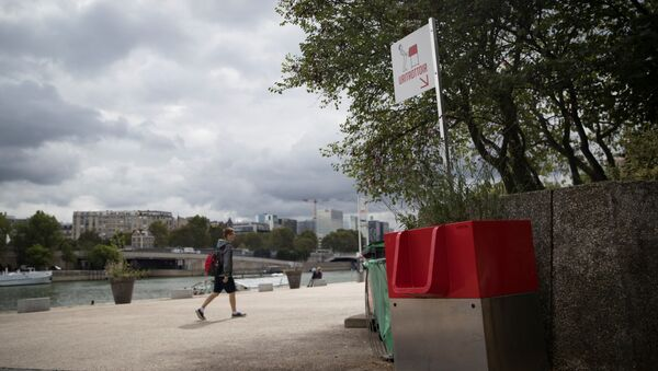 A picture shows a uritrottoir public urinal on August 13, 2018, on the banks of the river Seine in Paris - Sputnik International