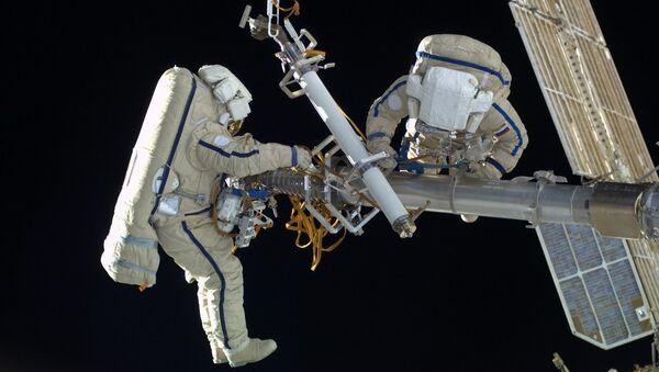 Two Russian cosmonauts, wearing  space suits, Orlan-MK - Sputnik International