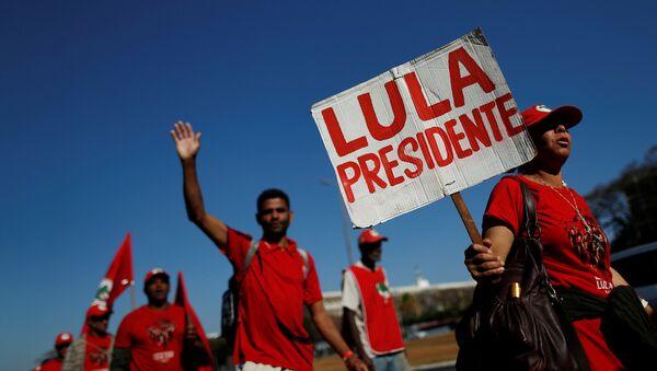 Miles de simpatizantes del expresidente brasileño Lula da Silva participan de la Marcha Lula Libre en Brasilia - Sputnik International