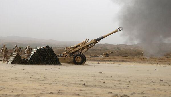 Saudi army artillery fire shells towards Houthi positions from the Saudi border with Yemen April 13, 2015 - Sputnik International