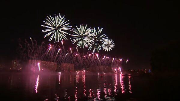 Russia: Spectacular firework festival illuminates Moscow sky - Sputnik International