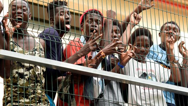 Migrants of the immigrant center CETI welcomes newly arrived African immigrants in the Spanish enclave Ceuta, after some 200 refugees crossed the border fence between Morocco and Ceuta August 22, 2018 - Sputnik International