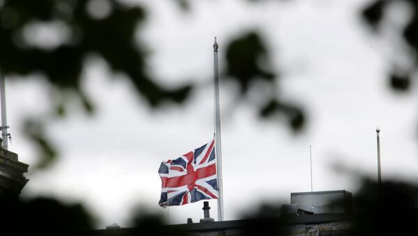 The British flag is seen at half mast. - Sputnik International