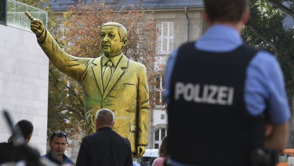 Police and passersby surround a statue showing Turkish President Erdogan which is part of the art festival 'Wiesbaden Biennale' in Wiesbaden, western Germany, Tuesday, Aug. 28, 2018 - Sputnik International