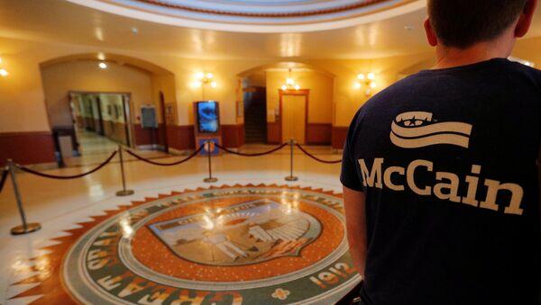 An event organizer wears a McCain t-shirt in the Rotunda of the Arizona State Capitol, where the late U.S. Senator John McCain will lie in state, in Phoenix, Arizona, U.S., August 27, 2018 - Sputnik International