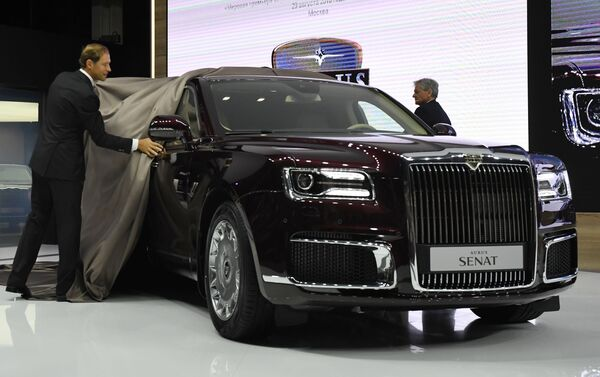 Russian Minister of Industry and Trade Denis Manturov (left) and Aurus CEO Hilgert Franz Gerhard at the presentation of the Aurus Senat car at the 2018 Moscow International Auto Show. - Sputnik International