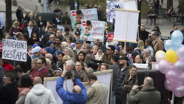 Some 200 people gather in Oslo, on April 16, 2016 to protest against Norwegian child welfare service (Barnevernet) - Sputnik International