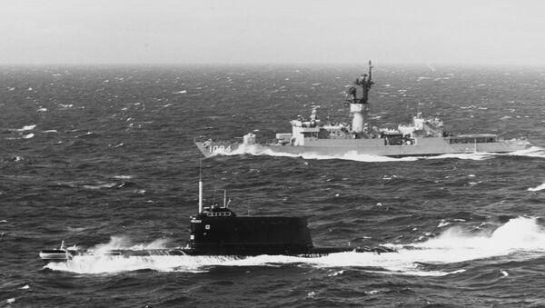 A US Navy destroyer shadows a Soviet submarine in the late 1970s in European waters. A similar Soviet submarine sank a decade earlier off Hawaii - Sputnik International
