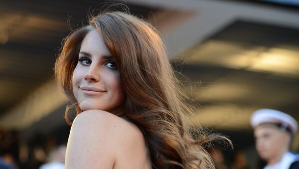 US singer Lana Del Rey poses on the red carpet before the screening of Moonrise Kingdom and the opening ceremony of the 65th Cannes film festival on May 16, 2012 in Cannes. - Sputnik International