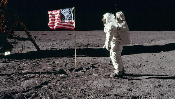 Buzz Aldrin salutes the U.S. Flag - Sputnik International