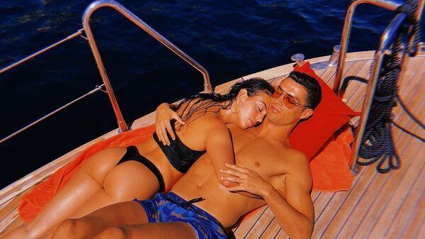Cristiano Ronaldo relaxes on a boat with his stunning partner Georgina Rodriguez - Sputnik International
