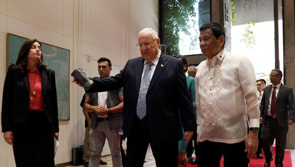 Israeli President Reuven Rivlin welcomes his Philippine counterpart Rodrigo Duterte upon his arrival to the presidential compound in Jerusalem September 4, 2018 - Sputnik International