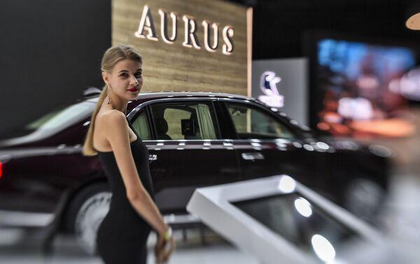 A girl posing at the Aurus Senat car at the Moscow International Motor Show 2018. - Sputnik International