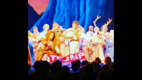 Broadway actor snatches 'Trump 2020' banner from audience member - Sputnik International