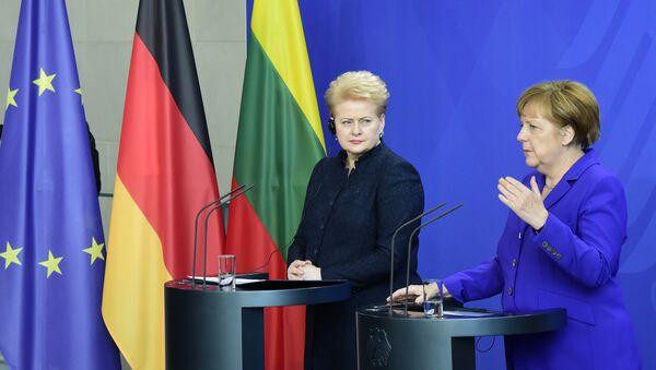German Chancellor Angela Merkel and Lithuanian President Dalia Grybauskaite address the media after their meeting in Berlin on April 20, 2016 - Sputnik International