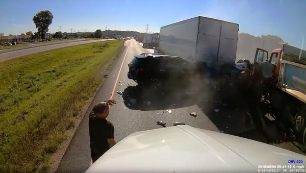 Distracted Dump Truck Driver Charged After Near-Fatal Pileup - Sputnik International