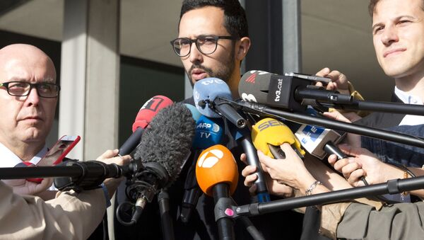 Spanish rapper Jose Miguel Arenas Beltran, also known as Valtonyc, center, speaks with the media with his two lawyers, Gonzalo Boye, left, and Simon Bekaert, right, as he leaves the courthouse in Ghent, Belgium, Monday, Sept. 17, 2018 - Sputnik International