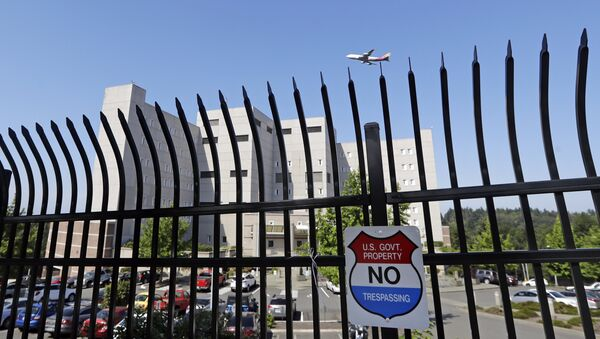 The Federal Detention Center where Blanca Orantes-Lopez is held some 3,000 miles away from her child is seen behind a fence as a jet flies overhead Tuesday, June 19, 2018, in SeaTac, Wash - Sputnik International