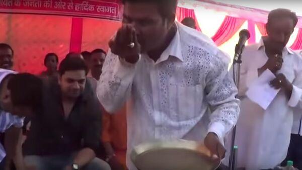 BJP worker washes the feet of Godda MP Nishikant Dubey, drinks the dirty water - Sputnik International