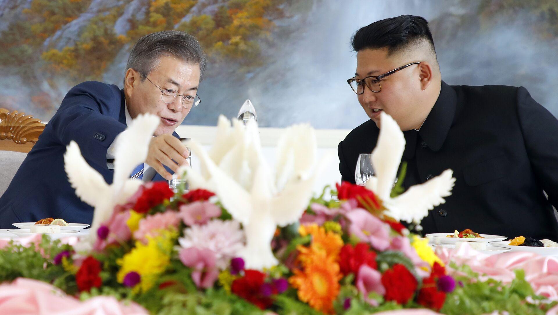 South Korean President Moon Jae-in, left, talks with North Korean leader Kim Jong Un at Okryu-Gwan restaurant in Pyongyang, North Korea, Wednesday, Sept. 19, 2018 - Sputnik International, 1920, 27.07.2021