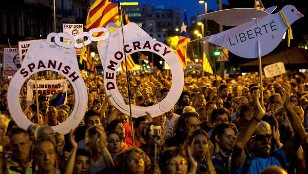 Pro-independence demonstrators gather to mark one year of the Spanish police raid and protest which lead to the imprisonment of the leaders of Catalonia's main pro-independence movements in Barcelona, Spain, September 20, 2018. - Sputnik International