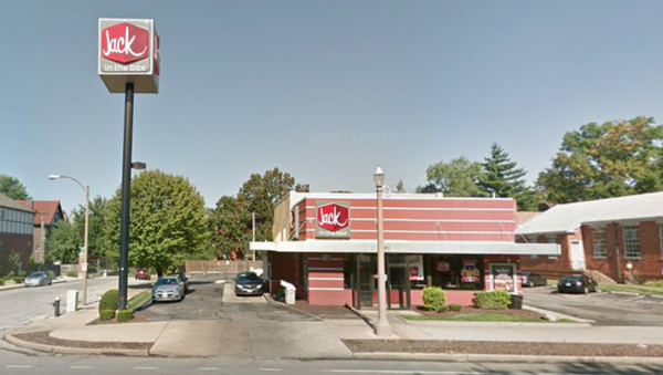 Jack in the Box Missouri location where US man was pinned to tree while trying to pick up order - Sputnik International