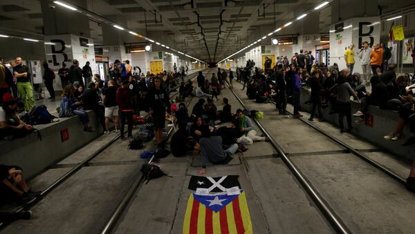 Catalan separatist protesters block the tracks of high speed train as they mark the first anniversary of Catalonia's banned independence referendum in Girona, Spain, October 1, 2018 - Sputnik International