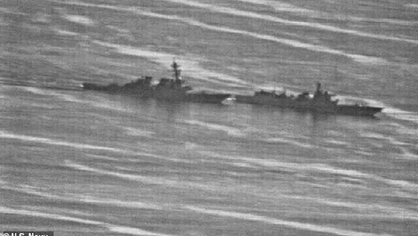 The USS Decatur (left) swerved to avoid the Chinese warship, PRC 170 (right) in the South China Sea on September 30 - Sputnik International