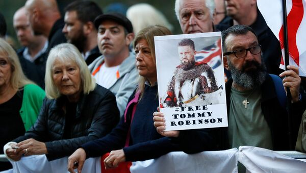 Supporters of former English Defence League leader Stephen Yaxley-Lennon, or 'Tommy Robinson', who was jailed for contempt of court in May and later released, wait for him to arrive at the Old Bailey to attend a court hearing, in London, Britain, September 27, 2018. - Sputnik International