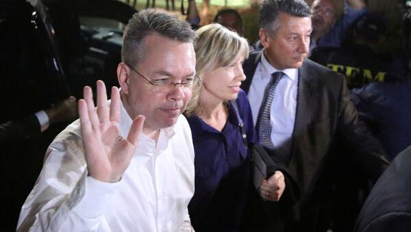 U.S. pastor Andrew Brunson and his wife Norrine arrive at the airport in Izmir - Sputnik International