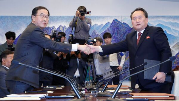 North Korea's Ri Son Gwon, chairman of the Committee for the Peaceful Reunification of the Country, shakes hands with South Korean Unification Minister Cho Myoung-gyon after exchanging the joint statement during their meeting at the truce village of Panmunjom inside the demilitarized zone, South Korea, October 15, 2018. - Sputnik International
