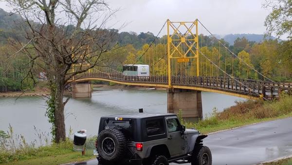 Bendy US Bridge Nearly Buckles Under Bus' Weight - Sputnik International