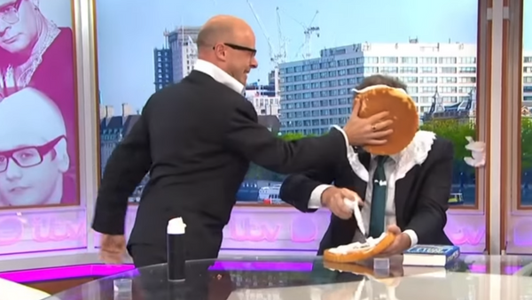 Piers Morgan gets pied by comedian Harry Hill over recent remarks made about actor Daniel Craig - Sputnik International