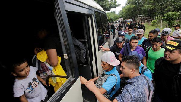 Honduran migrants board trucks sending them back to Honduras, after they crossed the border into Guatemala illegally in their bid to reach the U.S., in Agua Caliente, Guatemala October 17, 2018. - Sputnik International