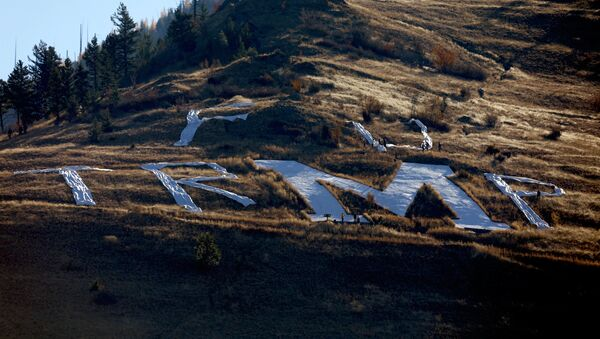 Activist use fabric to spell out a temporary message around the concrete M above the University of Montana ahead of U.S. President Donald Trump's arrival to Missoula. - Sputnik International