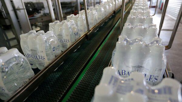 Plastic bottles of mineral water on the bottling line - Sputnik International