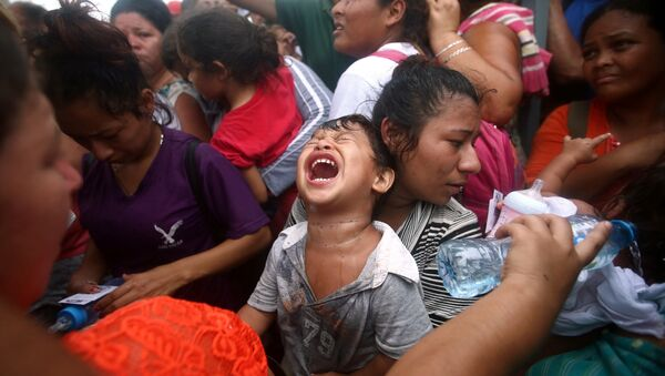 A Central American migrant child, part of a caravan trying to reach the US, cries while waiting to apply for asylum in Mexico at a checkpoint in Ciudad Hidalgo, Mexico, October 20, 2018 - Sputnik International