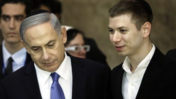A picture taken on March 18, 2015 shows Israeli Prime Minister Benjamin Netanyahu (L) and his son Yair visiting the Wailing Wall in Jerusalem. The son of Israeli Prime Minister Benjamin Netanyahu faced online criticism on September 9, 2017 after sharing an image on his Facebook page deemed anti-Semitic by critics. - Sputnik International