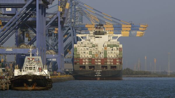 A container ship (R) docked at India's Adani Port Special Economic Zone (APSEZ) in Mundra (File) - Sputnik International