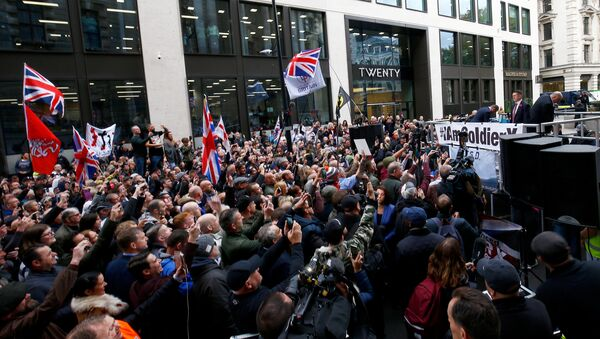Far right activist Stephen Yaxley-Lennon, who goes by the name Tommy Robinson, speaks to supporters as he arrives to face contempt of court charges at the Old Bailey in London, Britain, October 23, 2018 - Sputnik International