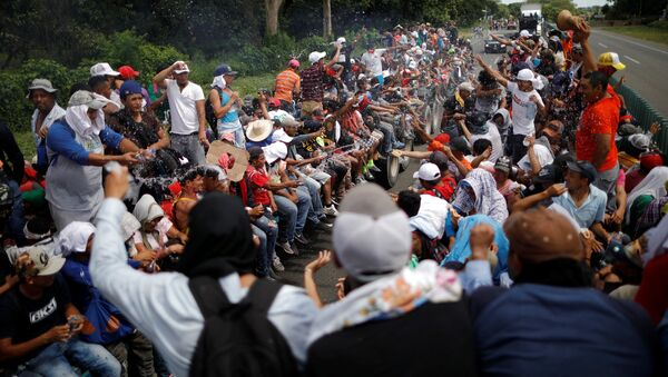 Central American migrants, who are part of a caravan of migrants trying to reach the United States, hitchhike on a truck along the highway as they continue their journey in Tapachula, Mexico October 22, 2018 - Sputnik International